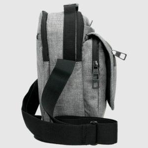 un bolsillo interior para el teléfono y otro de tamaño más reducido para las llave o dinero. Además lleva bandolera ajustable y asa superior.