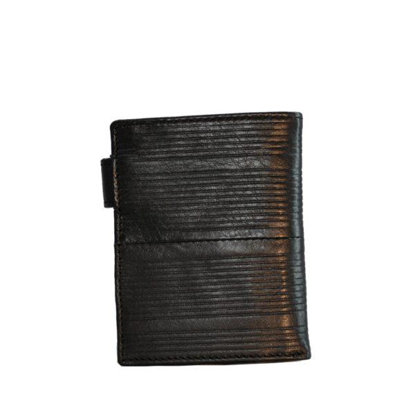 Billetero de hombre marroquinería marca Marsanpiel. Los productos de la firma Marsanpiel están trabajados con el estilo inconfundible de la piel de Ubrique que dota a cada pieza de un aspecto único. Con espacio para tus monedas además de para al menos 6 tarjetas y billetero con práctico cierre de seguridad.