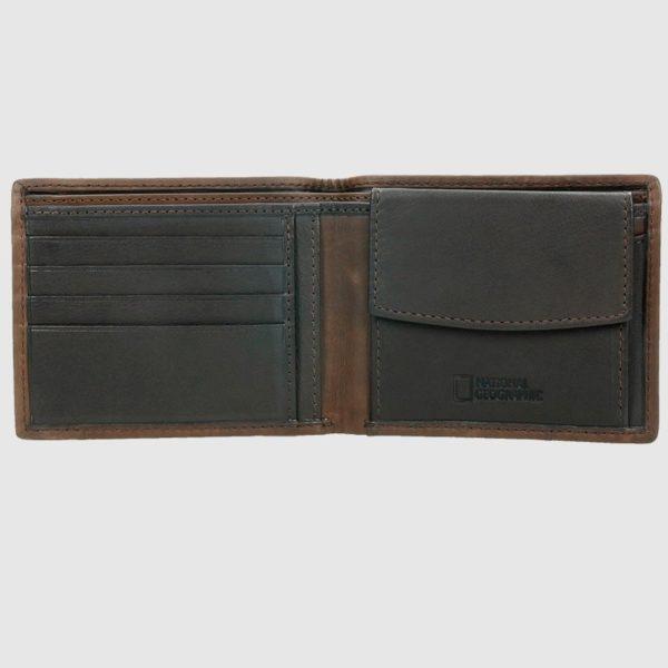 dos compartimentos para billetes y monedero. Su acabados exterior hacen de este billetero un ejemplar único.