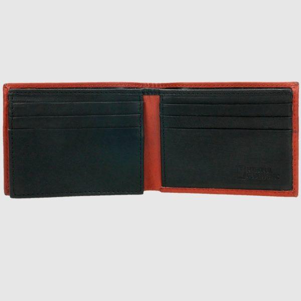 dos compartimentos para billetes y una transparencia. Sus acabados y forma hacen de este billetero una elección acertada.