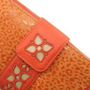 La calidad de la marroquinería fabricada en Ubrique queda demostrada en este billetero de mujer de la marca Casanova. Con una combinación de pieles de diferentes texturas además de un calado de flores tienes una cartera moderna y juvenil.