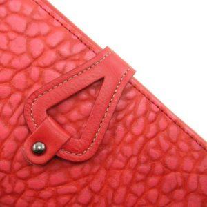 Este billetero de mujer fabricado al estilo de Ubrique por la marca Casanova tiene una piel de alta calidad y un tacto irresistible. Y es que esta pieza de marroquinería a pesar de su sencillez