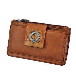Este billetero con monedero fabricado en piel de primera calidad de la marca Marsanpiel es una extraordinaria pieza de marroquinería. Con un tacto muy suave destaca el color natural de la piel y el formato original del mismo. Espacio para 16 tarjetas