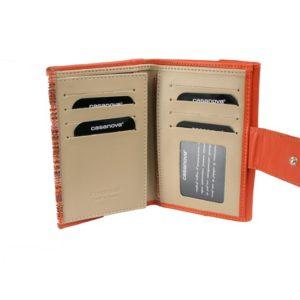Billetero de piel de mujer confeccionado por la firmaCasanova y fabricado en España. Ofrece un diseño único con acabados minimalistas. Dispone de espacio para; 8 tarjetas