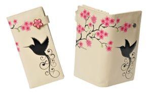 Este billetero tarjetero juvenil para señora de la marca Shagwear tiene undiseño en que aparece un pájaro buscando unas flores dobre un fondo blanco. Además de un diseño espectacular es de gran calidad y tiene espacio para 11 tarjetas