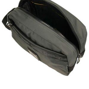 Bolsa de aseode elegante diseño fabricada en nylon. Se presenta con asa para facilitar su transporte.Con bolsillo de apertura de cremallera e impermeable