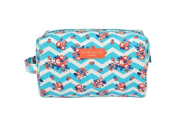 Si buscas un neceser que le quepan tus productos de higiene y maquillaje y puedas llevar a su vez guardado en otro bolso o maleta