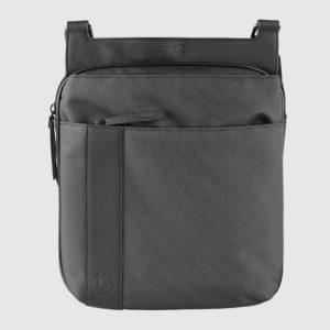 Bolso con bandolera de hombre fabricada en piel por la marca Bugatti. Forma parte de la nueva colección Domani. Un bolso