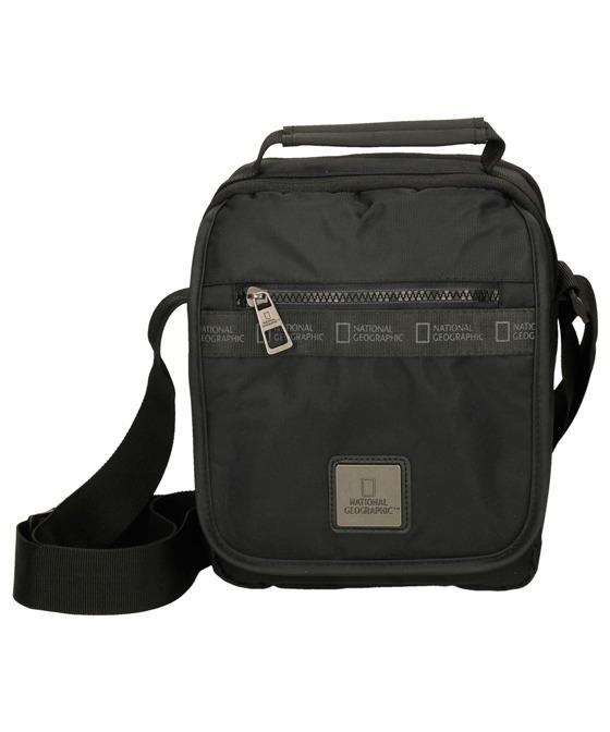 Bolso-bandolera de diseño juvenil fabricada en nylon. Con bolsillo grande cerrado con cremallera y otros compartimentos para guardar el móvil