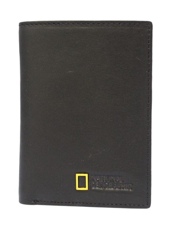 destaca por su línea clásica y discreta. Solo el logo cuadrado de la marca en color amarillo resalta sobre la línea sobria de la cartera. Tiene espacio para tarjetas