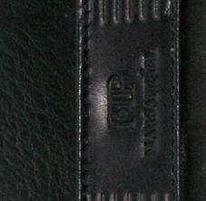 Cartera de piel de hombre fabricada por la marca Marsanpiel. Esta cartera reduce el tamaño de la cartera tradicional para que puedas llevar todo lo que necesitas en un espacio reducido. Con capacidad para 4 tarjetas