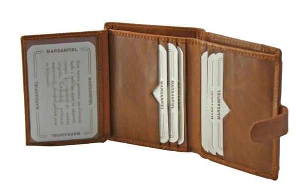 Esta magnífica cartera de piel para hombre está fabricada siguiendo los métodos tradicionales de reconocido prestigio internacional de la piel de Ubrique. Hecha con un cuero natural dispone de billetero