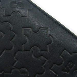 la piel presenta un grabado con forma de puzzle. Una práctica cartera de hombre con 6 tarjeteros y doble bolsillo para billetes.