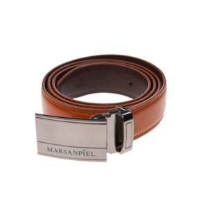 Este cinturón de piel fabricado por Marsanpiel resulta sumamente elegante por su hebilla de chapón en color niquelado. Ideal para ponértelo con tu traje o con unos pantalones de vestir