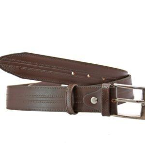 Cinturón de piel para caballero de Márquez. Cinturón fabricado en piel vacuno de primera calidad y con un diseño clásico que puede valer para cualquier hombre. Lleva un adorno central que le da un toque actual y que quedará perfecto con tus tejanos