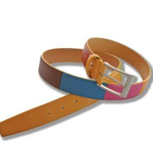 Cinturón de piel multicolor de Márquez. Con este modelo de cinturón ya no podrás decir que tu cinturón no te va con la ropa. Fabricado con piel vacuno de primera calidad dispone de un amplio abanico de colores insertados en el mismo cinturón. Apto tanto para chico como para chica.