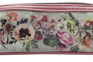 Estuche de viaje de la colección Floral Garland que se caracteriza por el uso de flores como diseño principal
