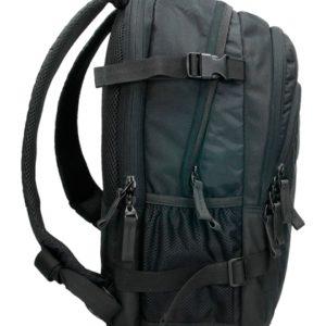 con accesorios de viaje de diferentes dimensiones. Esta mochila se caracteriza por tener dos compartimentos principales