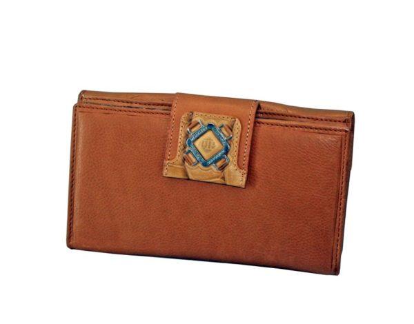 Este billetero con monedero fabricado en piel de primera calidad de la marca Marsanpiel es una extraordinaria pieza de marroquinería. Con un tacto muy suave destaca el color natural de la piel y el formato original del mismo. Espacio para 15 tarjetas