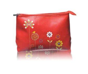 Esta original bolsa de aseo de viaje puede también ser usado como un práctico bolso de mano. Es de la marca Shagwear y en él podemos ver unas originales flores de muchos colores sobre un fondo rojo muy alegre y divertido.