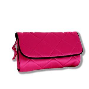 La colecciónParis RosadeDaniellees la reinvención de un clásico. Fabricado en satinado con costuras cruzadas finamente ribeteado conrasonegro.