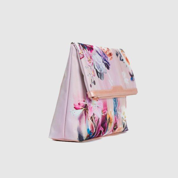de la colección Botanical Garden llena de coloridas flores rosaceas y azules para envolver tus viajes de elegancia y glamour. Totalmente ligero
