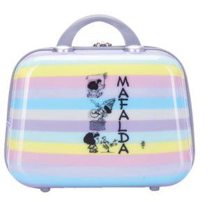 Neceser de viaje marca Mafalda de la nueva colección Zahara. Este neceser es el complemento perfecto de la colección de maletas del mismo nombre. Donde la divertida Mafalda nos hace pensar