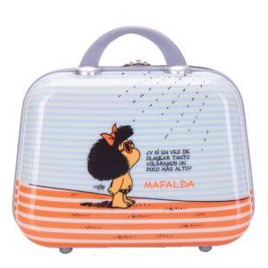 Neceser de viaje de Mafalda de la colección Tarifa. Este neceser es el complemento perfecto de la colección de maletas del mismo nombre. Donde la divertida Mafalda nos hace pensar