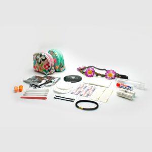 Esta bolsa de aseo contiene un original y práctico kit de festival con todo lo necesario para el día a día: 16 elementos para sacarte de más de un apuro: espejo