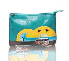 Esta original bolsa de aseo de viaje puede también ser usado como un práctico bolso de mano. Es de la marca Shagwear y en él vemos a una forgoneta hippie en una plaza que luce un surfista cabalgando una ola al atardecer. Tan original como siempre este diseño de Shagwear.