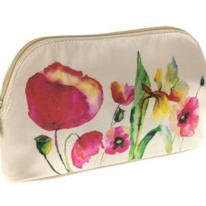 Neceser perteneciente a la colección Watercolour de la nueva temporada fabricada por la marca Danielle. Sobre un fondo blanco roto un bonito estampado de flores