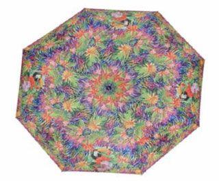 Este original paraguas tamaño mini te hará sentir como si estuvieras en plena jungla. La marca S.Oliver ha diseñado este bonito estampado lleno de flores y vegetación en el que sobresale un tucán.