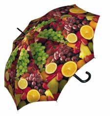 Este original paraguas de la marca Derby representa un bonito bodegón de frutas que dará un toque de frescor a los días más lluviosos. Sin estar exento de calidad