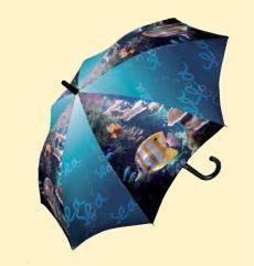 Este original paraguas infantil de Doppler presenta una bonita escena de peces en un fondo marino. La calidad de la impresión en el tejido del paraguas dota de un realismo muy grande a la imagen. Este paraguas hará las delicias de niños y niñas.