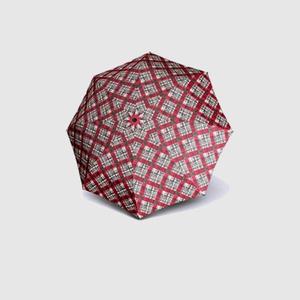 Paraguas largo de mujer marca doppler. El diseño de este paraguas está basado en el clásico cuadro pero mezclado con el estilo juvenil