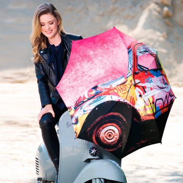 El modelo California de este paraguas largo para señora nos enseña un bonito dibujo de llamativos colores