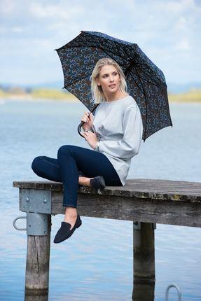 Paraguas largos mujer de dopplerque destaca por tener un estampado original sobre un fondo de colores oscuros