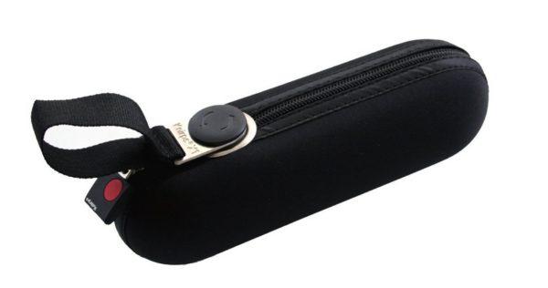 el más emblemático de la prestigiosa marca alemana Knirps. Se trata de un paraguas antiviento y de gran calidad que cuenta con un tamaño mini