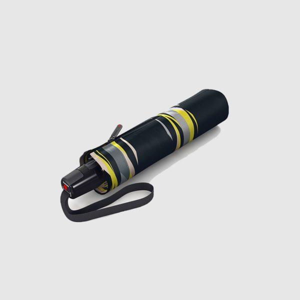 Este increible paraguas para mujer es el modelo Duomatic T2 de la prestigiosa marca alemana Knirps y forma parte de la colección Fog Citrin. Con un tejido de secado rápido y varillas de acero y fibra le dan consistencia para los días de tormenta