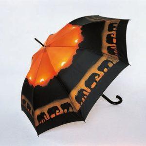 Este paraguas de la marca Doppler es una maravillosa postal de un grupo de elefantes caminando junto a un río en un atardecer precioso. Un original regalo para los amantes de la naturaleza. Además el paraguas es de gran calidad.