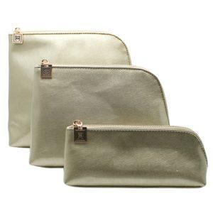 """La línea """"Silver Grey"""" de la colección Luminousrepresenta la creación más llamativa y original de la marca británicaDanielle. Ahora puedeshacerte con un set completo con los 3 tamaños disponibles de esta elegante linea debolsas de aseo"""